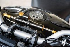 摩托车指点制音器 制音器帮助继续自行车跟踪直接在困难的地形例如车轮痕迹,岩石,a 免版税库存图片
