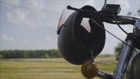 摩托车滑行车气体和闸把与镀铬物和黑盔甲与遮阳 垂悬在a把柄的黑盔甲  影视素材