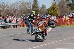 摩托车特技车手-自行车前轮离地平衡特技 库存照片