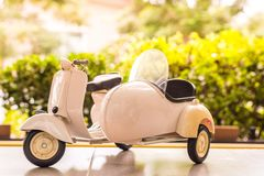 摩托车玩具模型有迷离室外背景 免版税图库摄影