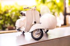 摩托车玩具模型有迷离室外背景 免版税库存图片