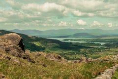 摩托车的人们在Healy风景路通过,一条12 km路线在县黄柏之间和县凯利在爱尔兰 图库摄影