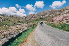 摩托车的人们在Healy风景路通过,一条12 km路线在县黄柏之间和县凯利在爱尔兰 免版税库存图片