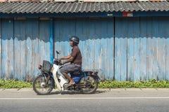 摩托车的人在斯里兰卡 免版税库存图片