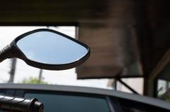 摩托车的后方镜子 库存照片