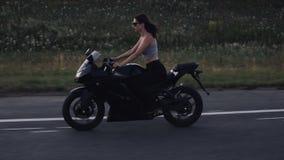 摩托车的妇女 股票录像
