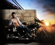 摩托车的性感的人 免版税库存照片