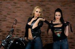 摩托车的性感的女孩 免版税库存图片