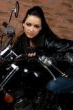 摩托车的性感的女孩 免版税库存照片