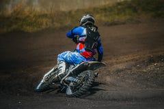 摩托车的摩托车竟赛者乘坐 免版税库存图片