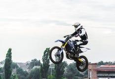 摩托车的竟赛者在跳板参加摩托车越野赛种族,跳 免版税库存照片