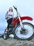 摩托车的美丽的女孩。 免版税库存照片