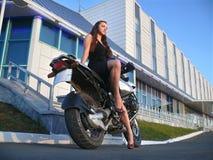 摩托车的美丽的女孩。 图库摄影