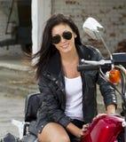摩托车的美丽的女孩 免版税库存图片