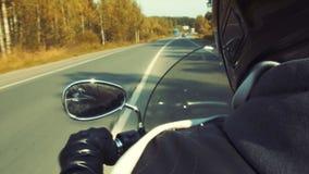 摩托车的骑自行车的人在路 库存照片
