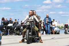 摩托车的骑自行车的人开始在德聂伯级市堤防的摩托车季节 免版税库存图片