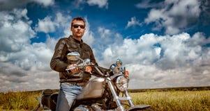摩托车的骑自行车的人 图库摄影