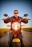 摩托车的骑自行车的人 库存图片