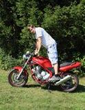 摩托车的年轻人 免版税库存图片