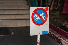 摩托车的NO-停车处标志 免版税图库摄影