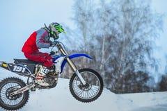 摩托车竟赛者特写镜头在多雪的摩托车越野赛轨道背景中  免版税库存照片