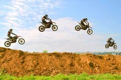 摩托车竟赛者的困难的把戏步的 库存照片