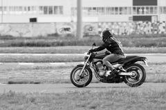 摩托车竟赛者采取在体育轨道跑的实践 免版税库存照片