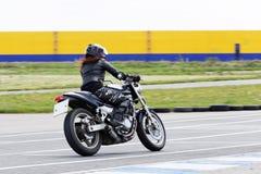摩托车竟赛者采取在体育轨道跑的实践 图库摄影