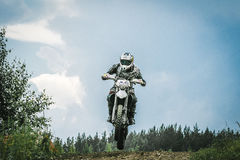 摩托车越野赛司机跳过山 免版税库存照片
