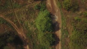 摩托车越野赛在摩托车越野赛车手越野4k之后的泥铺跑道寄生虫鸟瞰图  股票录像