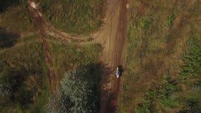 摩托车越野赛在摩托车越野赛车手越野4k之后的泥铺跑道寄生虫鸟瞰图  影视素材