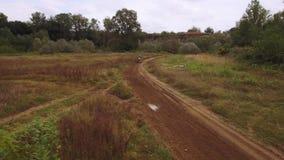 摩托车越野赛在摩托车越野赛车手越野4k之后的泥铺跑道寄生虫鸟瞰图  股票视频