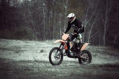 摩托车越野赛在沙子的dirtbike车手 库存照片