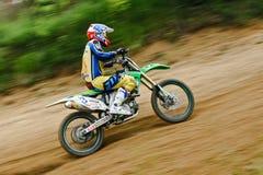 摩托车越野赛的快速的连续竟赛者 免版税库存照片