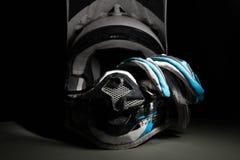 摩托车越野赛盔甲和手套 库存照片