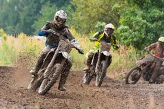 摩托车越野赛种族泥车手 库存图片