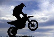 摩托车越野赛竟赛者剪影 免版税库存图片