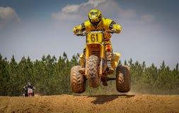 摩托车越野赛行动场面-跳跃与Trike的小山 免版税库存图片