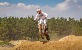 摩托车越野赛行动场面-跳跃小山 库存照片