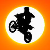 摩托车越野赛车手剪影在天空跳跃 免版税库存照片
