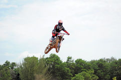 摩托车越野赛车手在Kemaman,登嘉楼,马来西亚摩托车越野赛轨道做跳高训练 库存图片