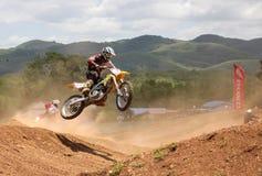摩托车越野赛车手跳 库存照片