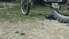 摩托车越野赛通过照相机的自行车乘驾 关闭慢动作 影视素材