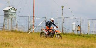 摩托车越野赛骑自行车的人 免版税库存照片