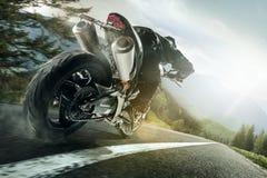 摩托车越野赛,驾驶摩托车的运动员侧视图冠军  库存图片