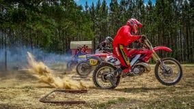 摩托车越野赛Dirtbike赛跑的场面起初 免版税库存照片