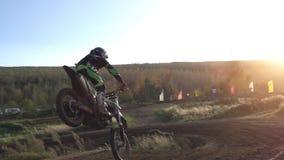 摩托车越野赛MX在泥铺跑道的车手骑马 影视素材