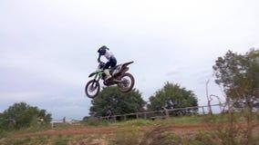 摩托车越野赛MX在泥铺跑道的车手骑马 股票录像