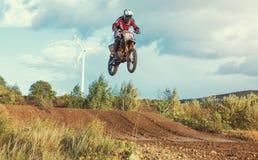 摩托车越野赛MX在泥铺跑道的车手骑马 免版税库存照片