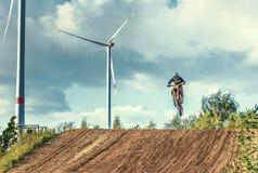 摩托车越野赛MX在泥铺跑道的车手骑马 库存照片